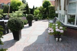 Bestrating betonnen waalformaat met tegels 80x80
