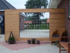 Rabbatschutting met een raam van bouwstaalmat